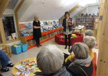 Bibliotekarene pratet kvinnene ut av bokhylla